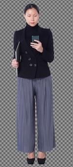 Figura de cuerpo entero de 40s 50s asian lgbtqia + mujer pantalón y zapatos de traje de pelo negro, teléfono para caminar. la hembra utiliza el teléfono inteligente, el portátil y el control de soporte sobre fondo blanco aislado