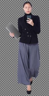 Figura de cuerpo entero de 40s 50s asian lgbtqia + mujer pantalón y zapatos de traje de pelo negro, teléfono para caminar. la mujer usa un teléfono inteligente, un portátil y camina hacia el control sobre fondo blanco aislado