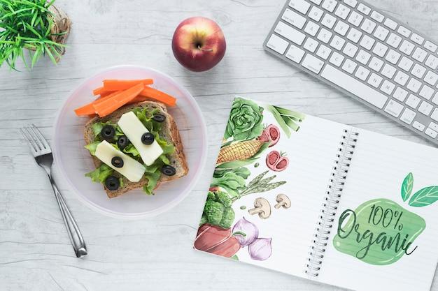 Flat lay de comida sana con mockup de libreta