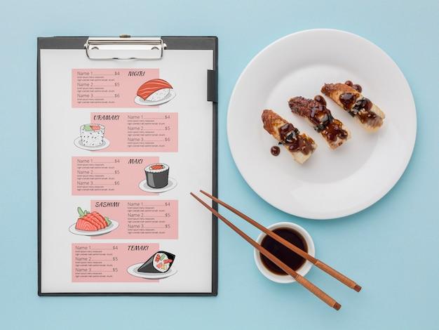Flat lay delicioso menú de sushi