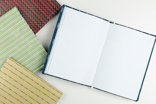 Flat lay open libro vacío y agendas