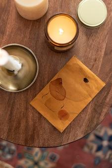 Flay lay envelop mockup met kaarsen