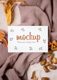 Flay pone hojas y nueces sobre tela maqueta de otoño