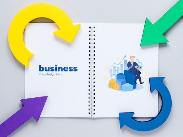 Flechas curvas y cuaderno de negocios