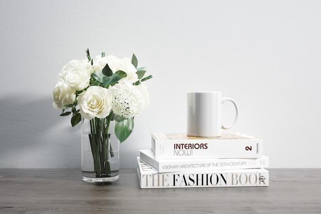 Florero con flores, taza y libros apilados