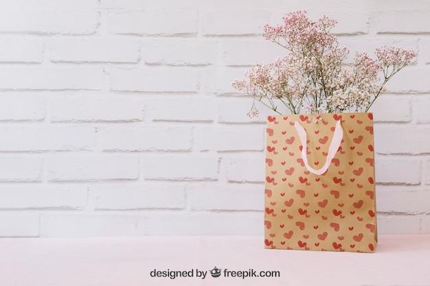 Flores en bolsa de papel y copyspace