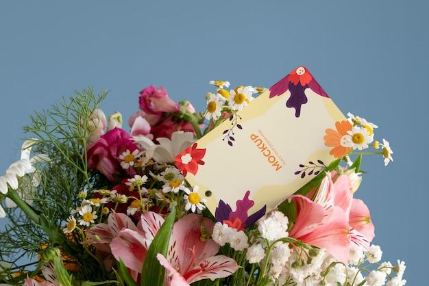Flores de feliz cumpleaños con maqueta de tarjeta