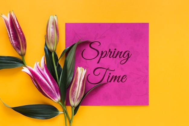 Flores de flor y tarjeta de felicitación