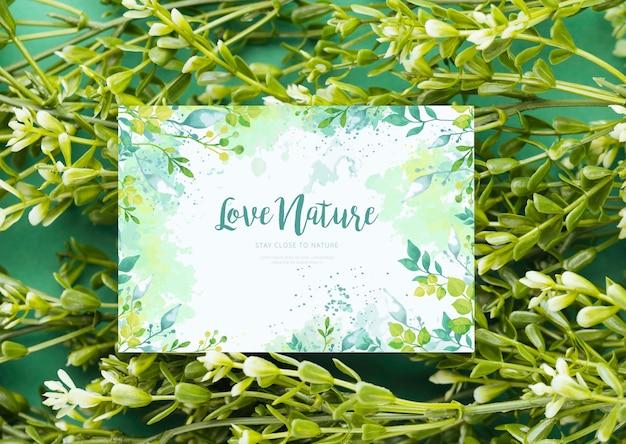 Flores florecientes con tarjeta de felicitación