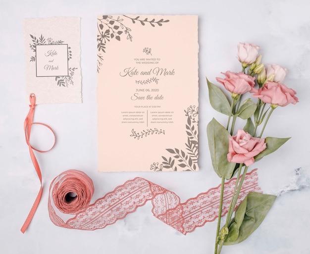 Flores románticas con invitación de boda