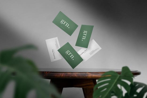 Flotador de maqueta de tarjeta de visita mínima limpia en mesa de madera
