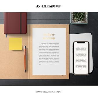 Flyer mockup en un escritorio