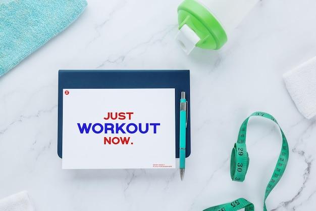 Flyer papieren notitie mockup sjabloon en fitnessapparatuur