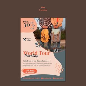 Flyer sjabloon voor rugzak reizen met een stel