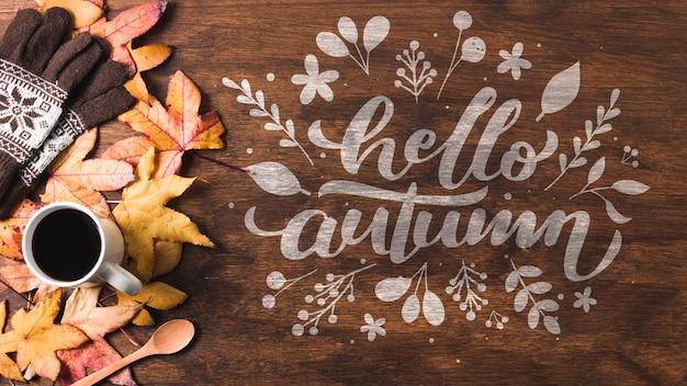 Foglie di autunno di vista superiore su fondo di legno