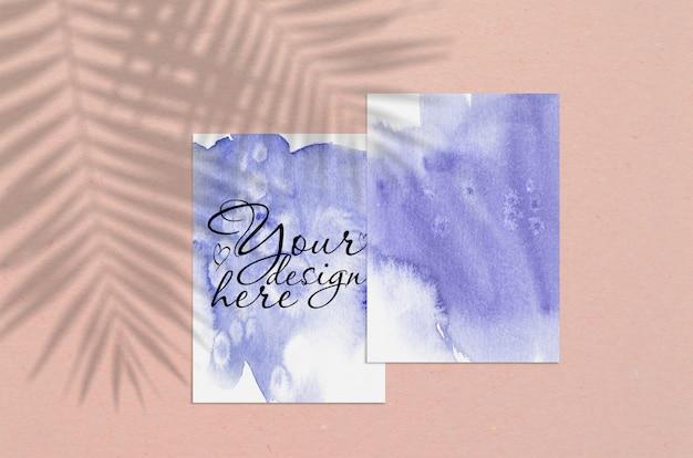 Foglio di carta in bianco verticale bianco con sovrapposizione di ombra di palma