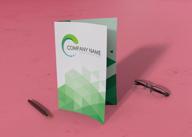 Folder gevouwen met pen en bril voor mock-ups