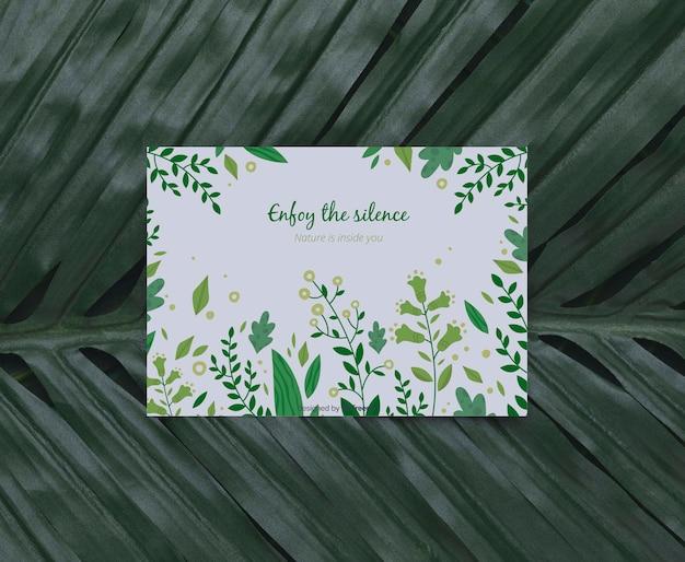 Follaje con mensaje inspirador en la tarjeta