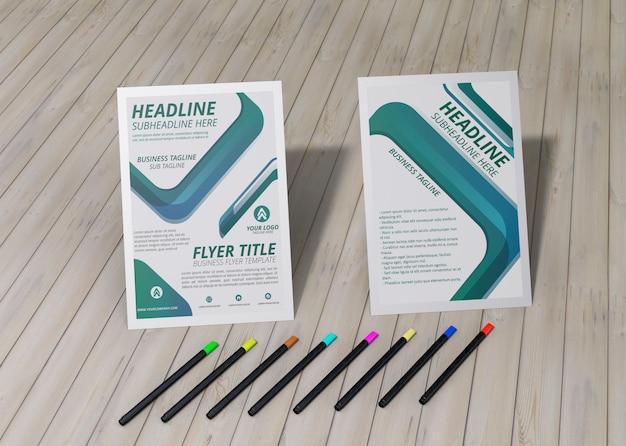 Folleto de alta vista y papel de maqueta comercial de la empresa de la marca de lápices sobre fondo de madera