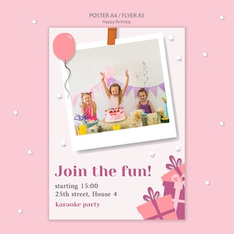 Folleto de feliz cumpleaños con niños celebrando