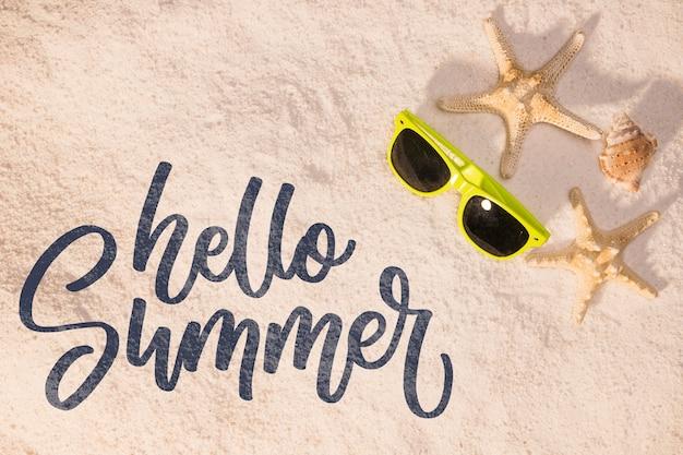 Fondo caligráfico de verano con artículos de playa