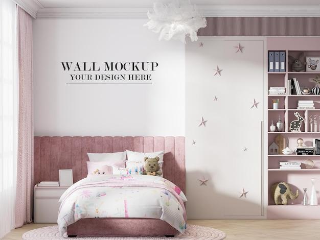 Fondo de pared en habitación infantil rosa y blanca.