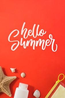 Fondo con tipografía de verano con elementos veraniegos