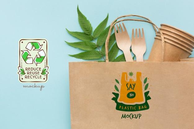 Forchette di carta, bicchieri e mock-up di borse