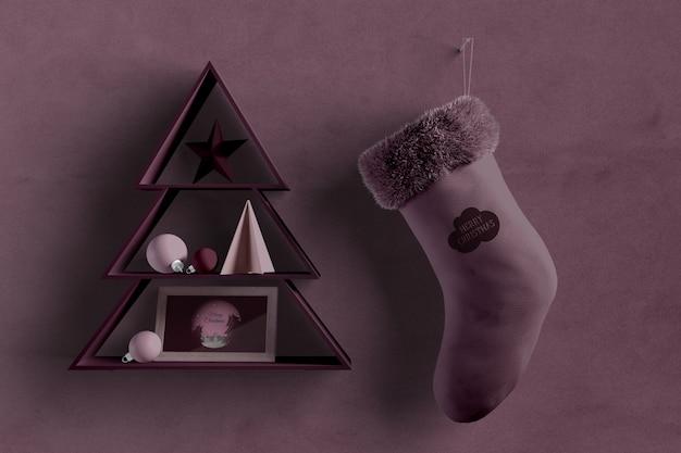 Forma de árbol de navidad en la pared con calcetín al lado