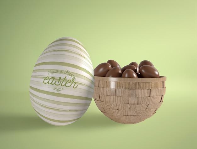 Forma de huevo con pequeños huevos de chocolate.