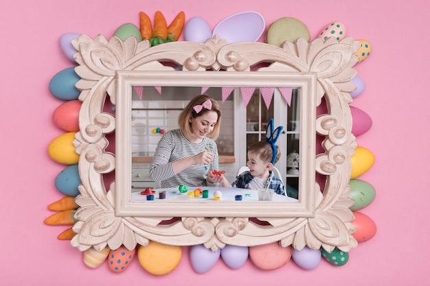 Foto di famiglia di pasqua con cornice di uova dipinte