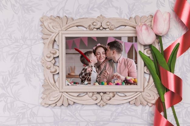Foto di famiglia di pasqua con fiori accanto