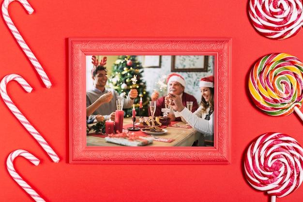 Foto di famiglia incorniciata con bastoncini di zucchero e lecca-lecca