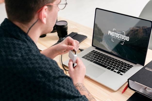 Fotograaf werkt vanaf laptop