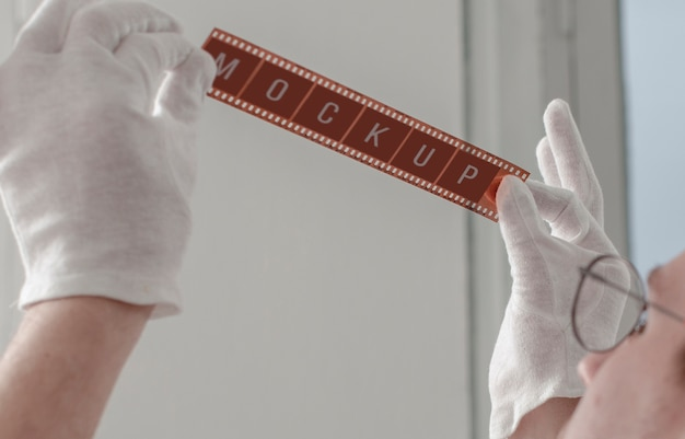 Fotógrafo masculino sosteniendo la película de la cámara
