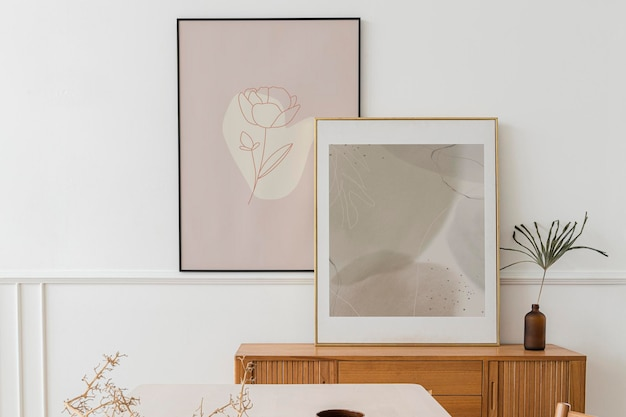 Fotolijst boven een houten dressoirtafel