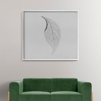 Fotolijst mockup psd hangend in een moderne woonkamer