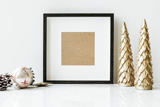 Fotolijst op een tafel met gouden kerstboom