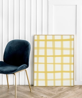 Fotolijst op houten vloer met gele rasterafbeelding