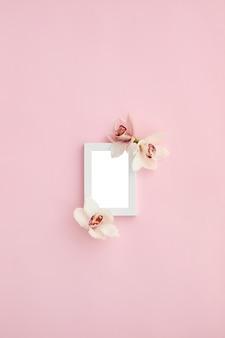 Fotolijst versierd met groene bladeren en orchideebloemen