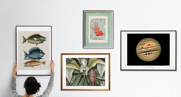 Fotolijsten met afbeeldingen op de witte muur