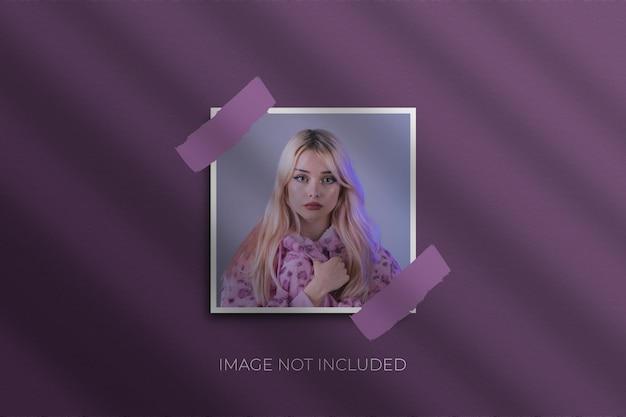 Fotomodel met papieren frame premium psd