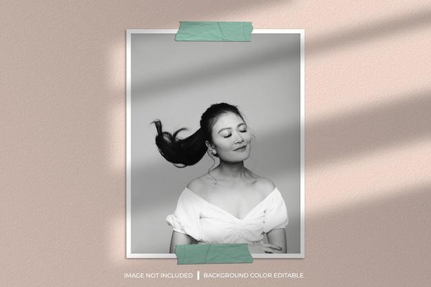 Fotomodel met verticaal papierframe met schaduw