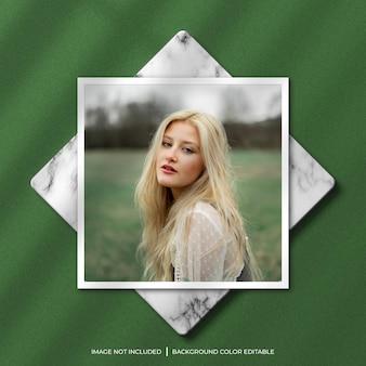 Fotomodel met vierkant papierframe met schaduw en marmeren achtergrond