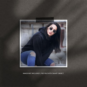 Fotomodel met vierkant papierframe