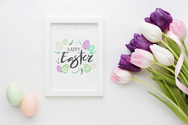 Frame met pasen bericht en eieren naast