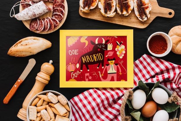 Frame mockup met traditionele spaanse gerechten Gratis Psd