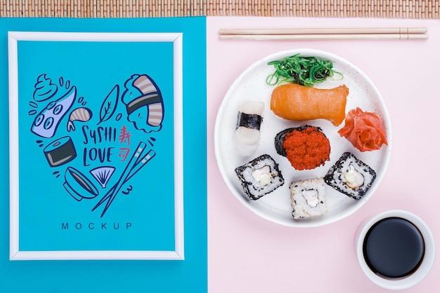 Frame naast plaat met sushi broodjes en sojasaus