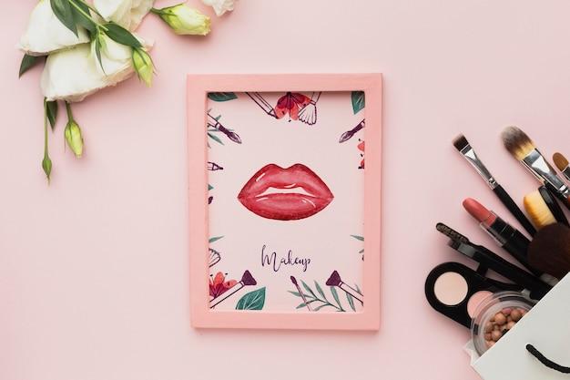 Frame op tafel en cosmetische producten