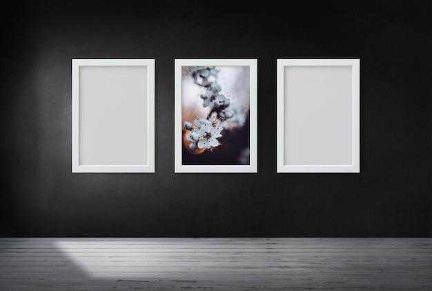 Frames op een zwarte muur